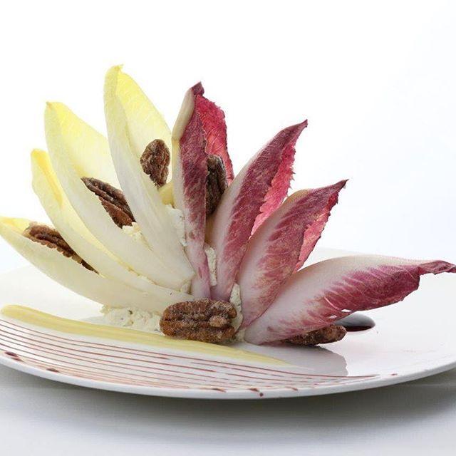 Endive salad pecan kernals. .   ...  ....  Éventail d'endives noix de pecan ..