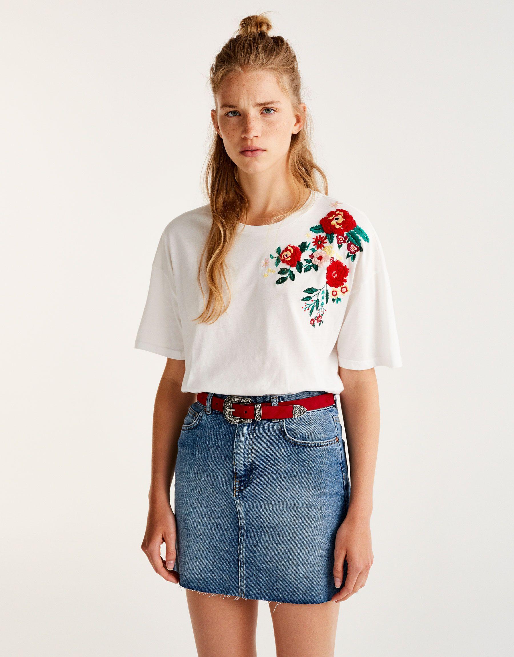 52aa4896454d6 Camiseta hombro bordado flores - Camisetas - Ropa - Mujer - PULL BEAR España