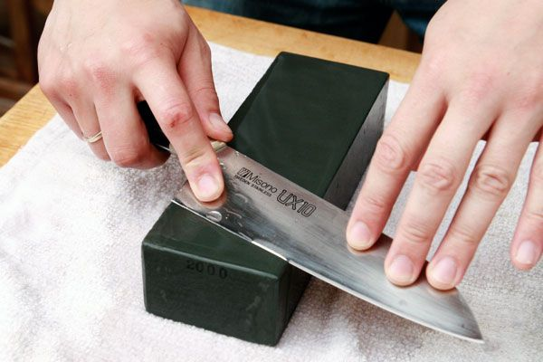 How to Sharpen a Knife With a Waterstone   Knife sharpening ...