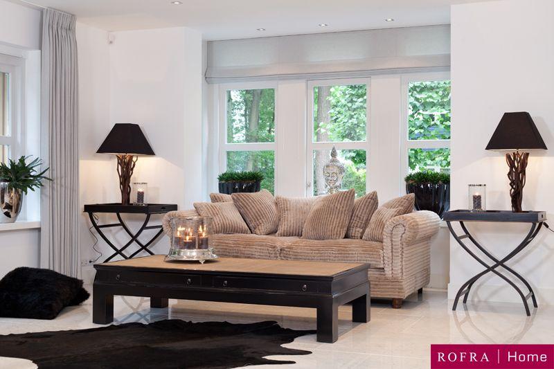 Sfeervolle woonkamer met houten salontafel en prachtige bank van ...
