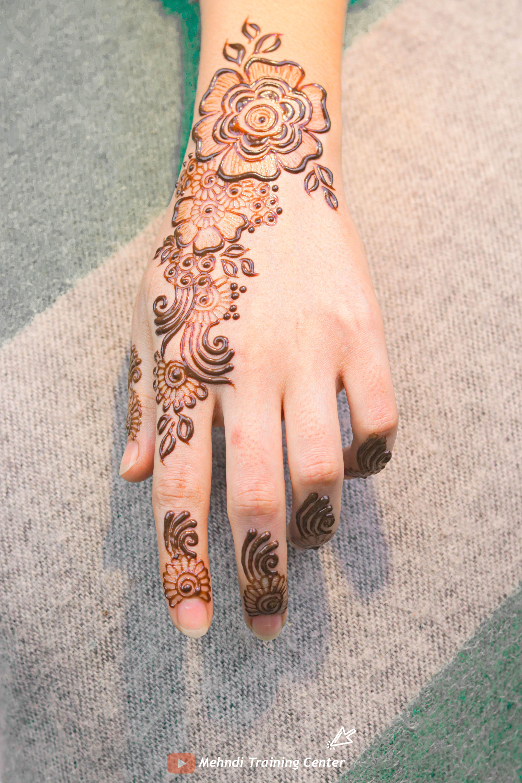 نقش الحناء الخليجي نقش الحناء المغربي بالابرة سهل للمبتدئين نقش الحناء نقش الحناء للمبتدئات Short Mehndi Designs Hand Henna Henna Hand Tattoo