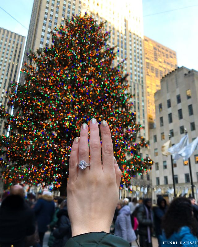 It's the most wonderful time of the year 🎄  #RingInspo #RingGoals #EngagementRingGoals #EngagementRing #HenriDaussi #Ring #SheSaidYes #OvalEngagementRing #RockefellerChristmasTree #RockefellerCenter #RockefellerTree