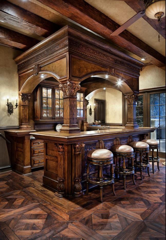 Ce Comptoir De Bar Ancien En Chene S Harmonise Parfaitement Avec Le Parquet Pour Creer Une Vrai Projetos De Bar Para Casa Bar Interior Projetos De Bar De Porao