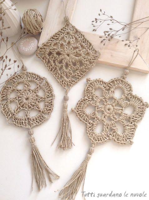 Piccole decorazioni da appendere in corda lavorata a