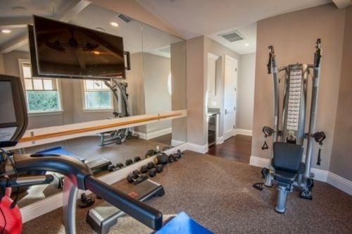 Une Salle De Gym Et Une Vue Sur Le Miroir Workout Room Home Home Gym Design Best Home Gym