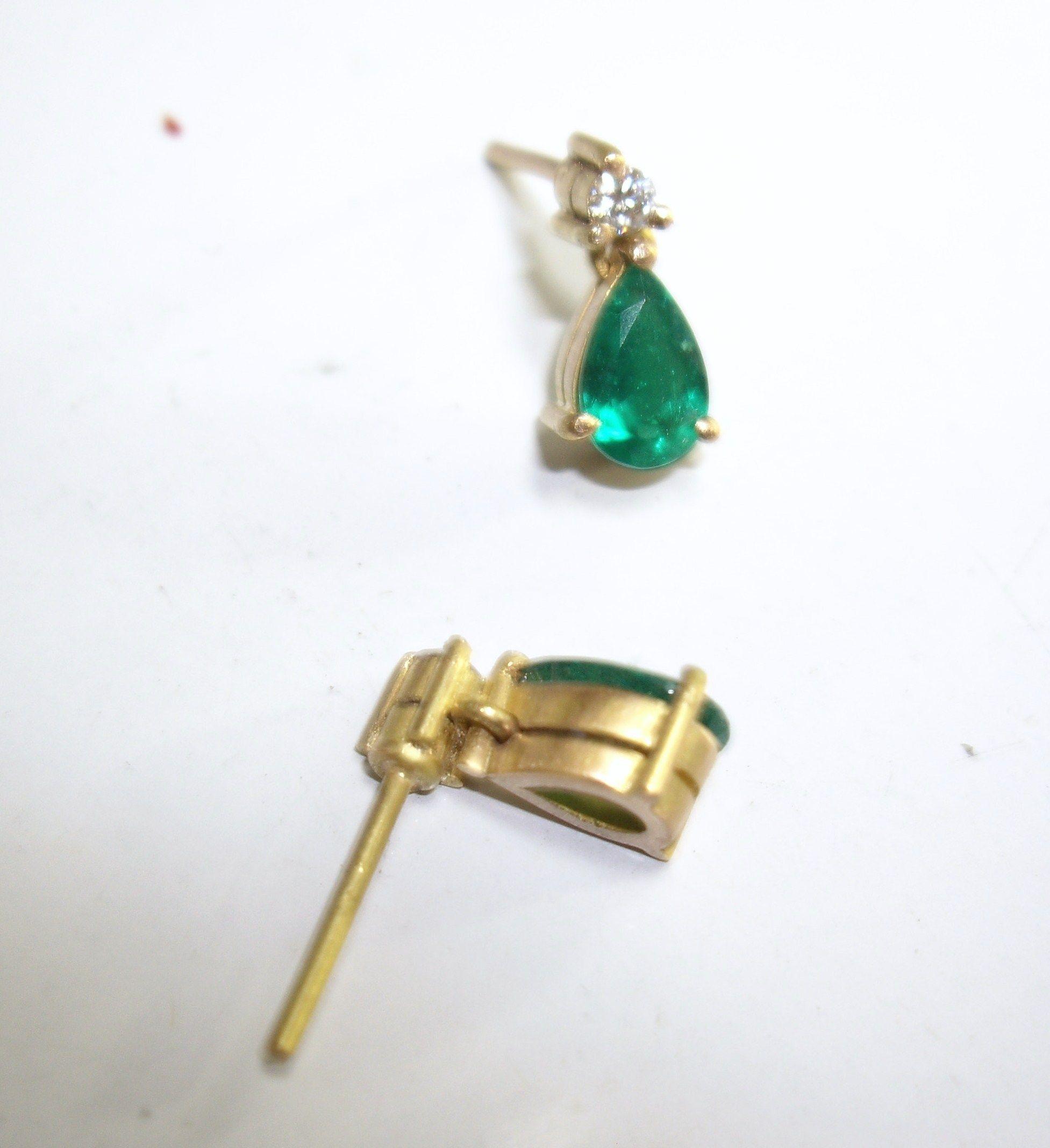 885bbdb4b750 Hermosos Aretes sencillos y elegantes en oro amarillo esmeralda y un ...