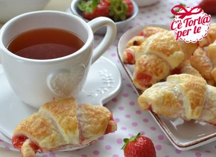 #Buongiorno e #Buonlunedì con Mini cornetti di sfoglia alle fragole!  Come resistere a tanta dolcezza?   Clicca e scopri la ricetta...