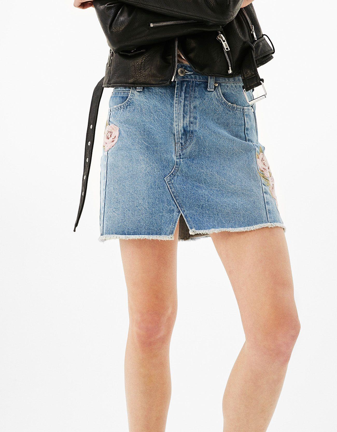 Falda bordado rosa violet. Descubre ésta y muchas otras prendas en Bershka  con nuevos productos cada semana 78f42776f3e3