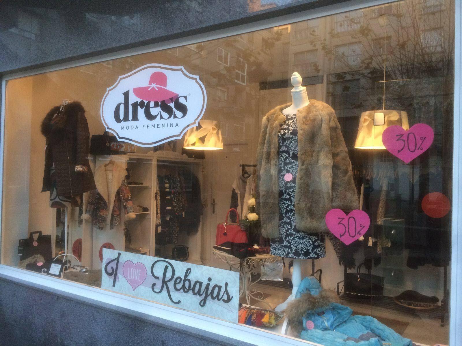 Diseño de rotulación para tienda de ropa vitrina ofertas