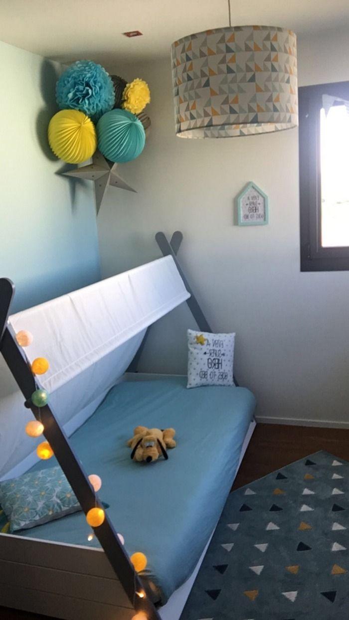 Chambre de garçon bleu et jaune, décoration de boules en papier