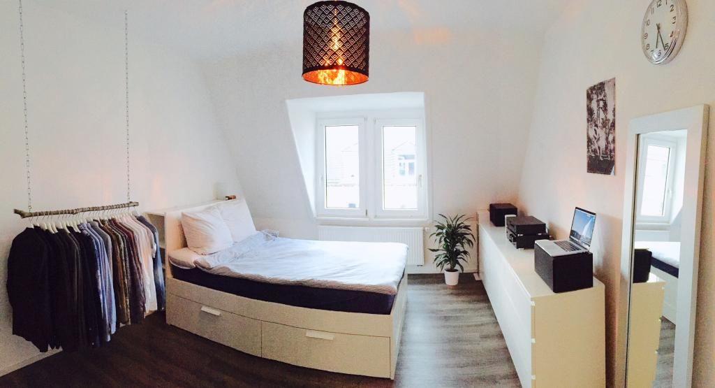 Geraumiges Wg Zimmer Im Dachgeschoss Mit Kleiderstange Einrichtung Wgzimmer Wggesucht Kleiderstange Diy Wg Zimmer Kleine Wohnung Einrichten Neue Wohnung