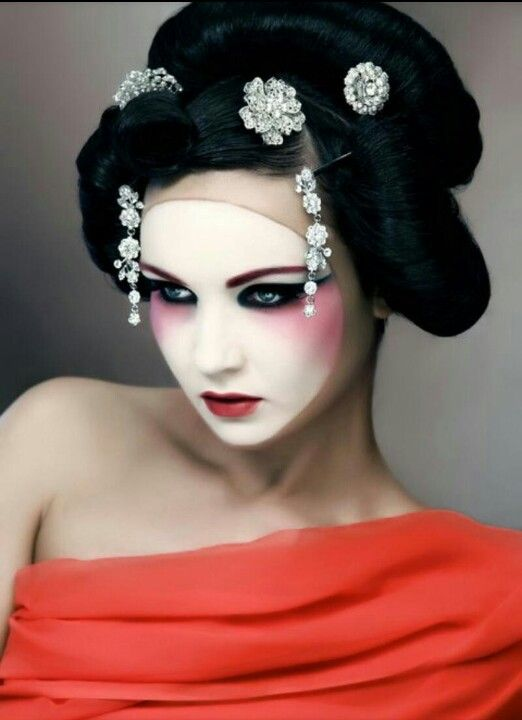 Make Up Love How The China Doll Look Was Adapted Here To Sit Away From The Hairline Interesting Loo Maquillaje De Moda Maquillaje De Geisha Maquillaje Japones