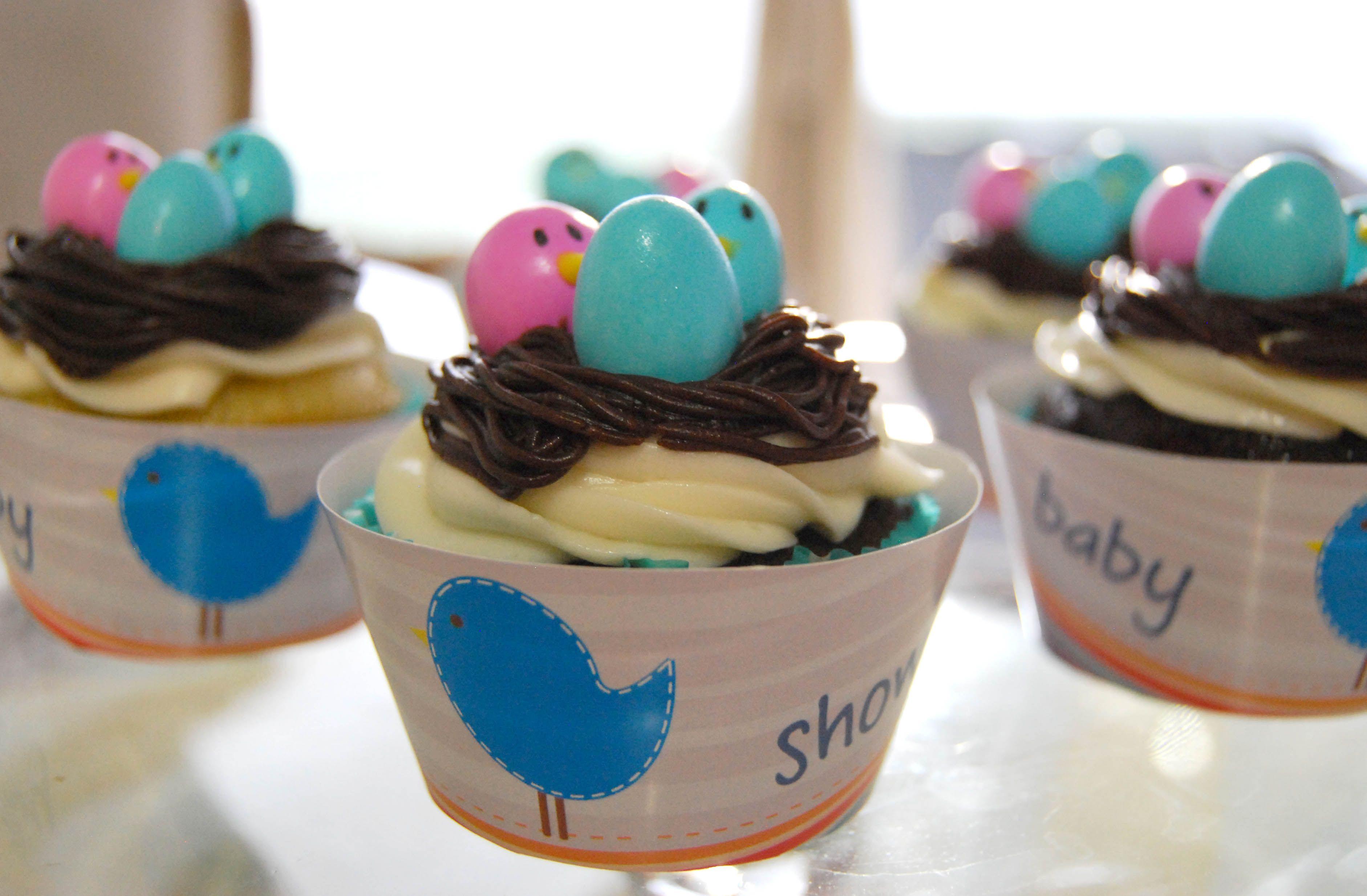 Cupcakes de vainilla y chocolate en forma de nido para baby shower / Nest chocolate and vanilla cupcakes.