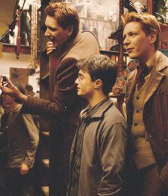 Harry Potter Ok Ho Capito Che I Gemelli Sono Alti Ma Povero Dan Questa Foto Proprio Non Gli Harry Potter Cast Harry Potter Movies Fred And George Weasley