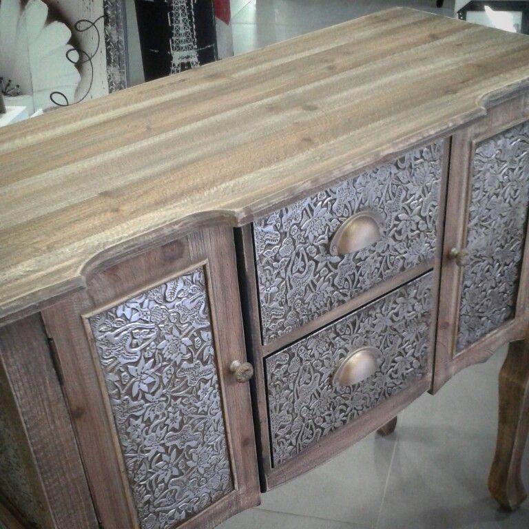 Mueble repujado de madera natural y estaño en plata envejecida. Un ...
