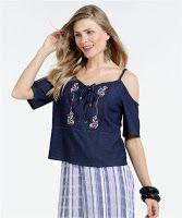 c5342b56e Blusa feminina modelo open shoulder, confeccionada em tecido jeans estampa  flor bordado. Possui decote redondo, manga curta e alças fina.