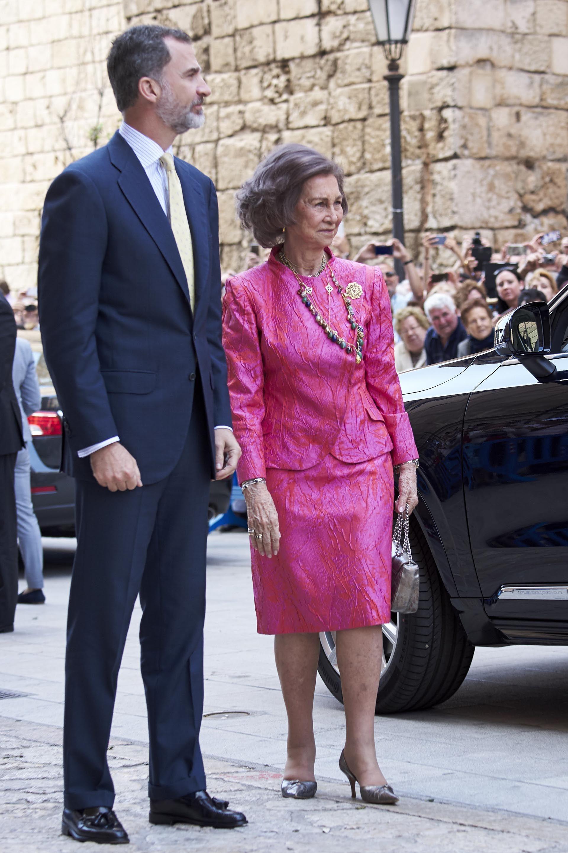 Felipe VI junto a su madre, la reina Sofía, quien lució un conjunto ...