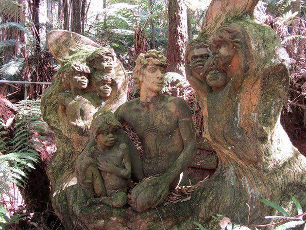 Miles de esculturas que inmortalizan los rasgos de personajes aborígenes que influyeron en la vida de William Ricketts.