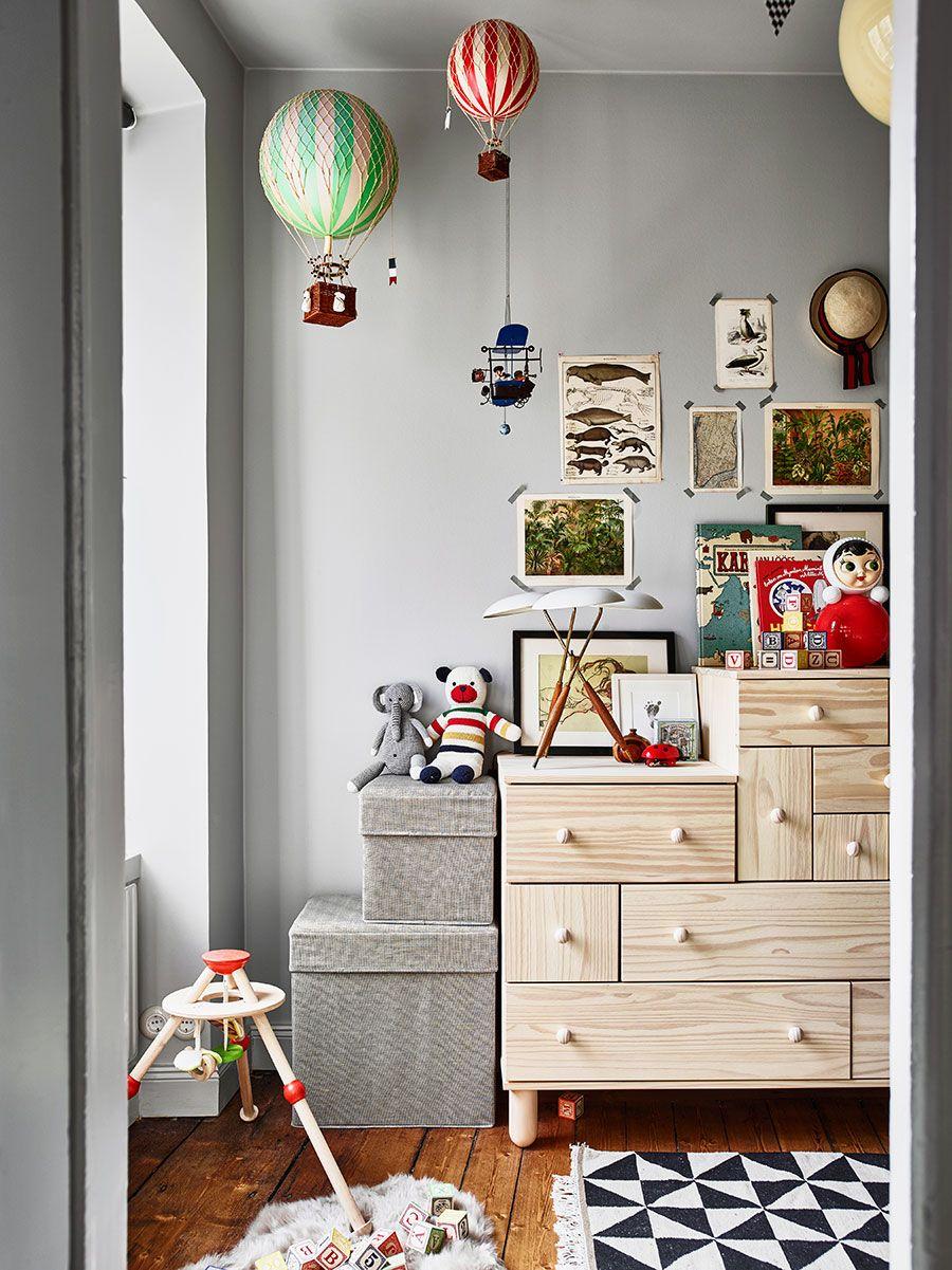 Barnrum med väggar, hyllor, lister och vägguttag inmålade i grått ...