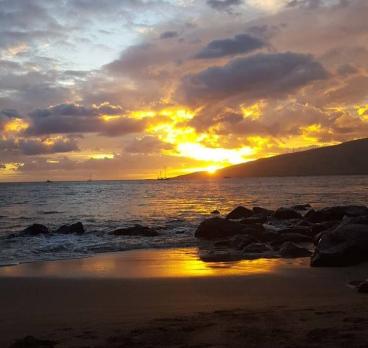#HOTELS #SWD #GREEN2STAY MAUI COAST HOTEL    We hope you're ending your weekend with a beautiful #MauiSunset #SunsetSunday    (Photo by @aleamaims)