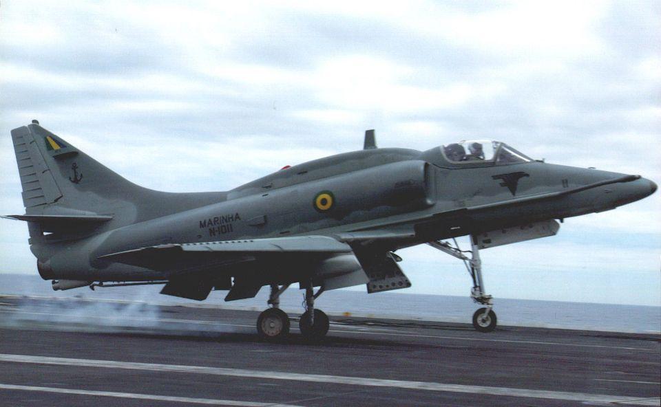 Um caça AF-1 sendo lançado pela catapulta do porta-aviões NAe São Paulo (Marinha do Brasil)