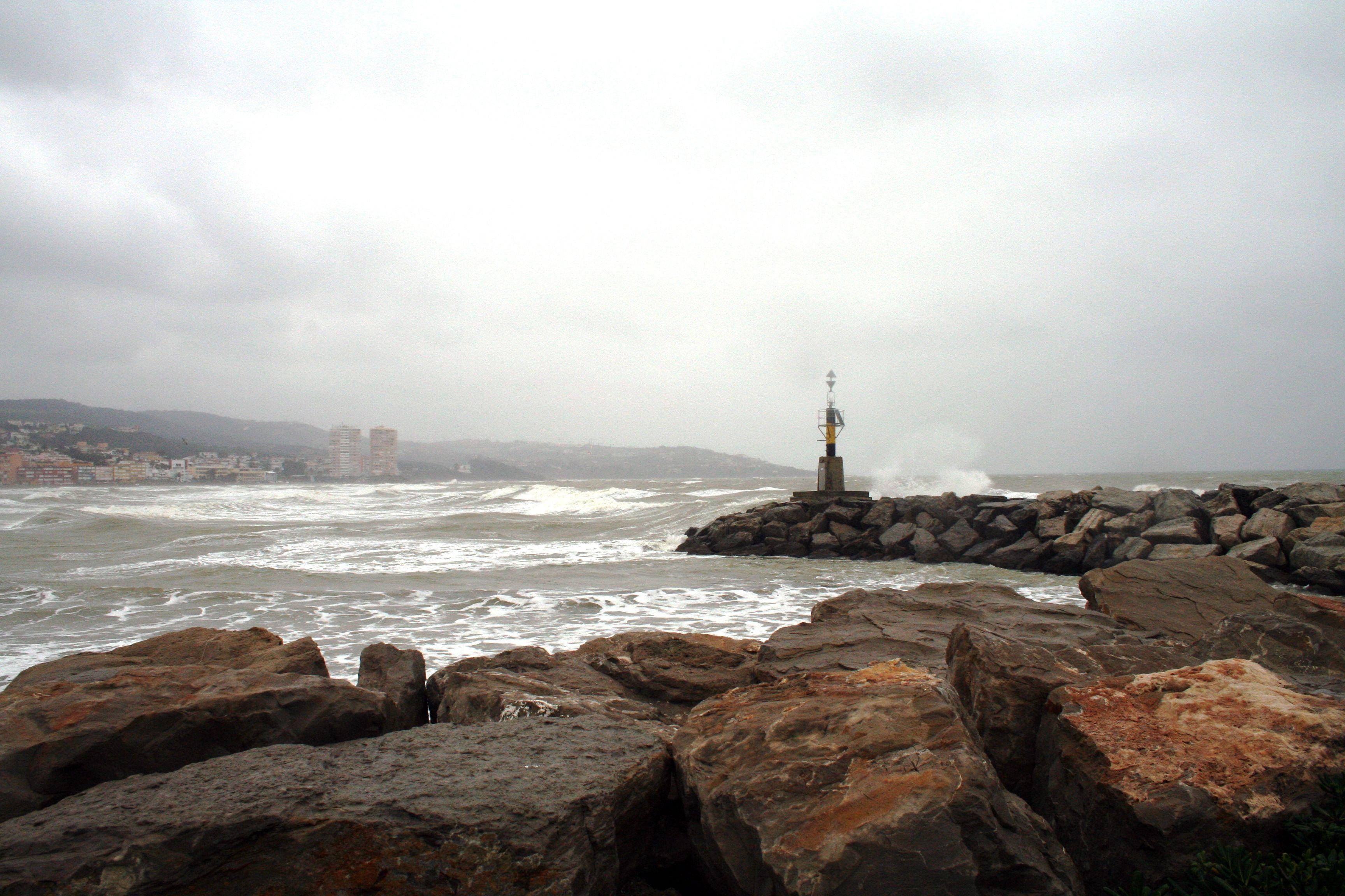 Mar tormentoso en la playa de Torreguadiaro Sotogrande, en San Roque.