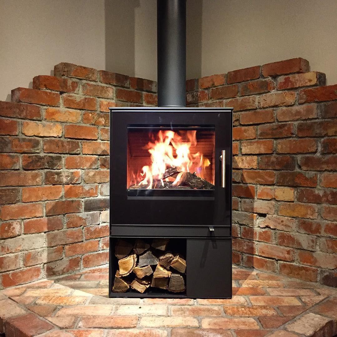 薪ストーブ専門店 ランドマークストーブ On Instagram Rais Q Tee 2 展示のお知らせ 先日お知らせした展示機の入れ替えが 無事完了しました In 2020 Brick Hearth Wood Stove Fireplace Corner Wood Stove