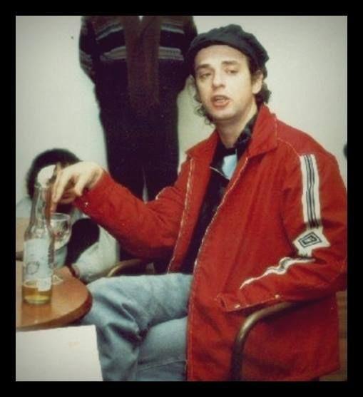 """Gus reunido con """"El Club de la Furia"""", fans club oficial de Soda Stereo. Buenos Aires, agosto de 1997."""