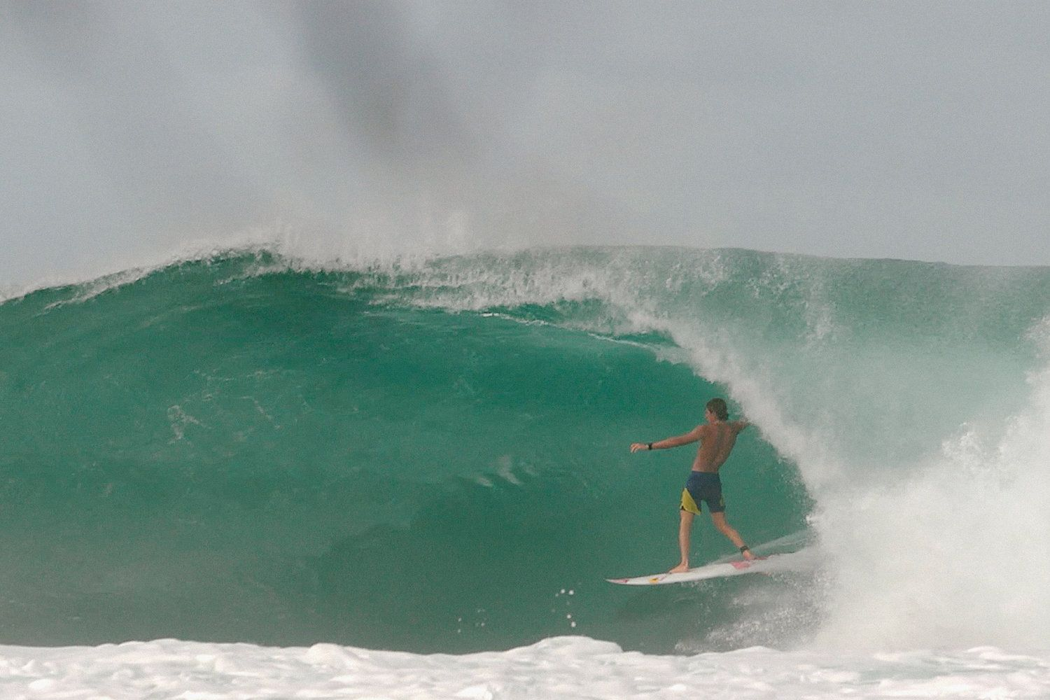 Italy's hottest surfer Leonardo Fioravanti serves up an Indonesian treat in this video.