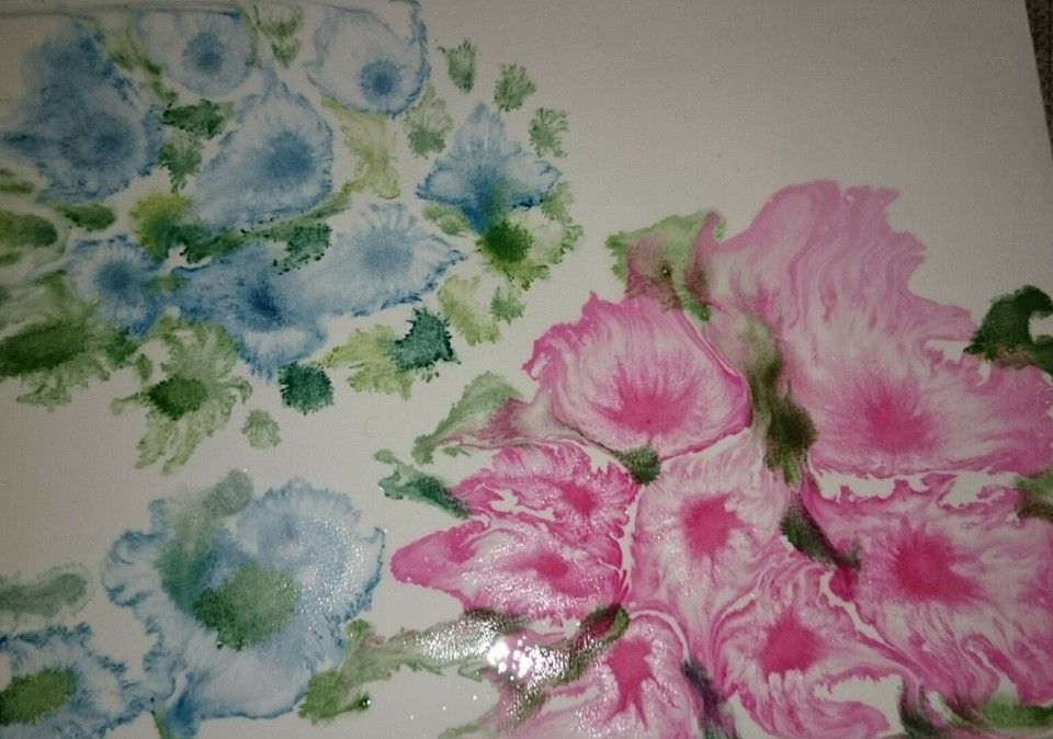 Sivelin sokeri-vesi-liuosta (2:1, kuuma vesi) akvarellipaperille kauttaaltaan ja sitten tavallista vesiväriä siveltimen kärjellä tipottelin paperille. Ja taianomaisesti kukat ilmestyivät paperille. Keskelle kukkia lisäsin hieman väriä muutaman kerran. Lehtiä sekaan vihreällä.