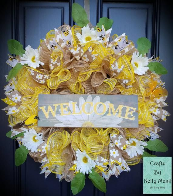 Gorgeous Daisy Wreath for Spring and Summer. Burlap and Yellow Deco Mesh. Daisy and Bumblebee ribbons.