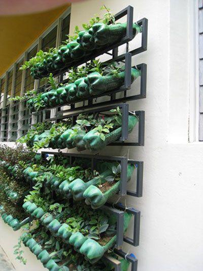 r aliser un jardin vertical ext rieur avec des bouteilles en plastiques le coin potager. Black Bedroom Furniture Sets. Home Design Ideas
