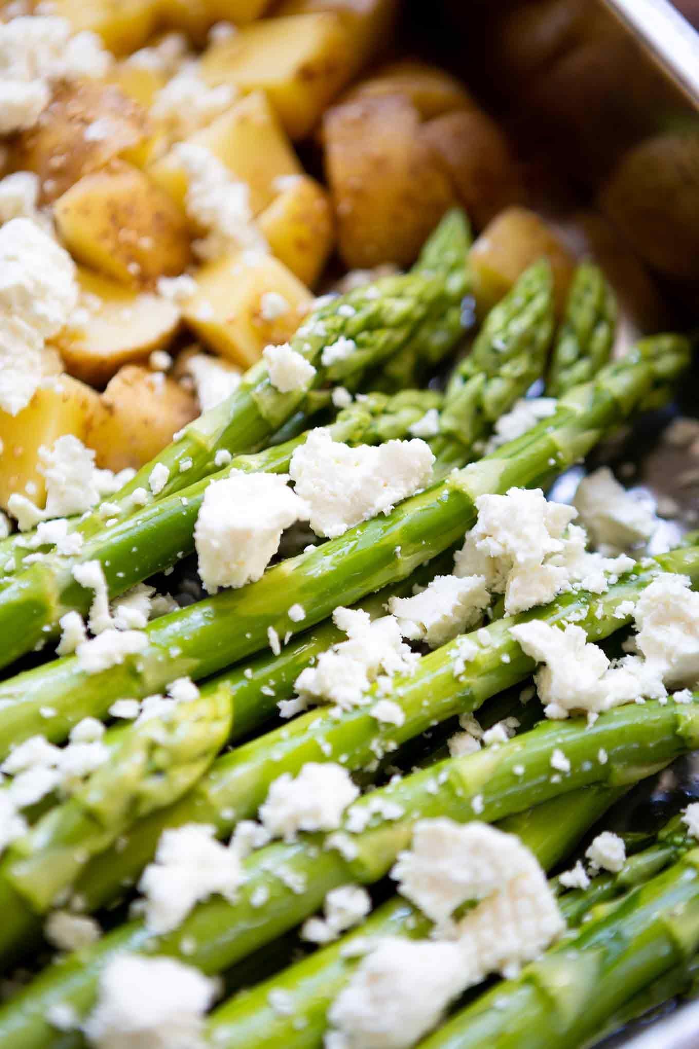 Sesam-Ofenkartoffeln mit grünem Spargel und Feta (1 Blech!) - Kochkarussell