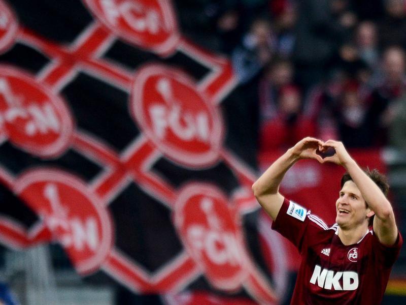 Liebesbekenntnis von Timm Klose! Nach seinem Treffer zum 1:1 formt der Nürnberger mit seinen Händen ein Herz. An wen diese Liebeserklärung gerichtet war, ist nicht bekannt. (Foto: David Ebener/dpa)