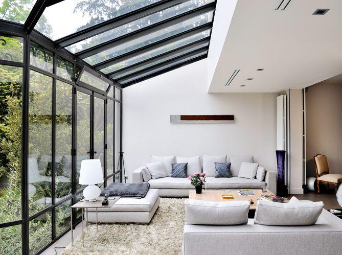 Salon ouvert sur le jardin, par une magnifique verrière ...