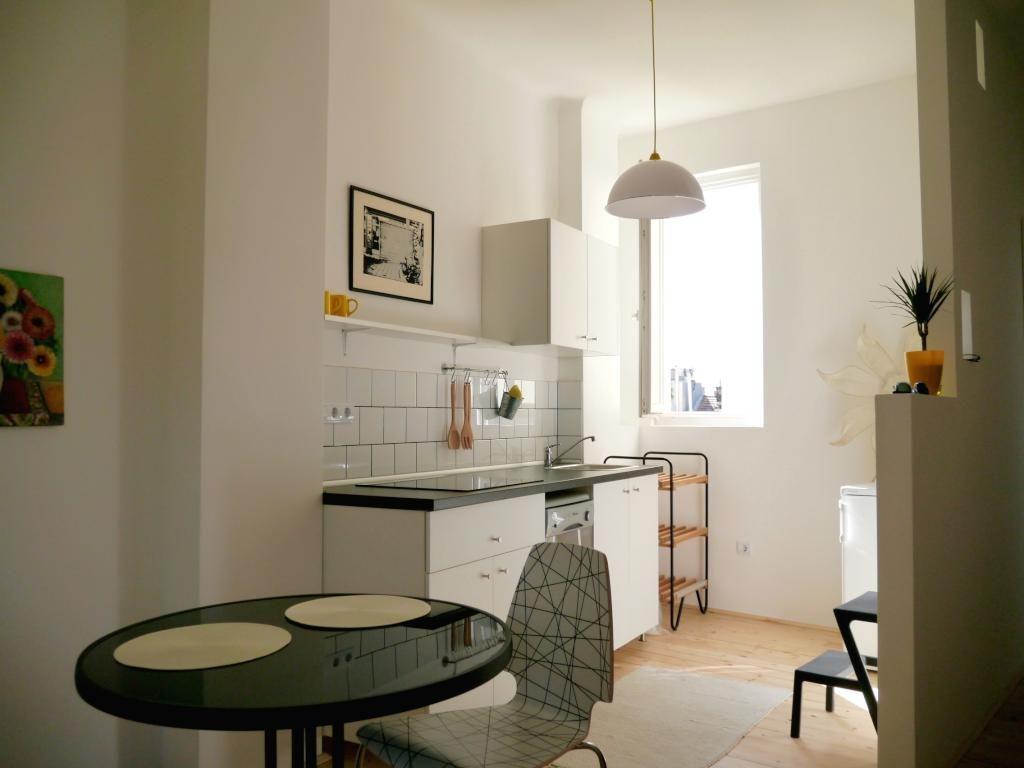 schöne moderne küche mit essnische in renovierter wohnung