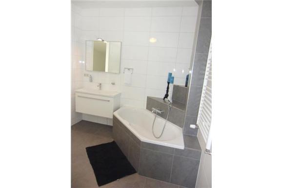 Luxe badkamer is voorzien van een ligbad douche wastafel en 2e