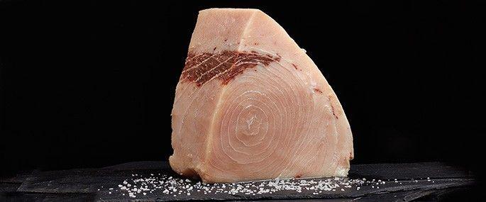 LOMOS DE PEZ ESPADA FRESCO & CONGELADO -  El pez espada fresco es un pescado muy rico. Le enviamos sus lomos de pez espada en rodajas. Es un pescado muy fácil de preparar, a la plancha resulta muy rico, es un pescado muy popular entre los niños por su falta de espinas.  Apto para sushi.