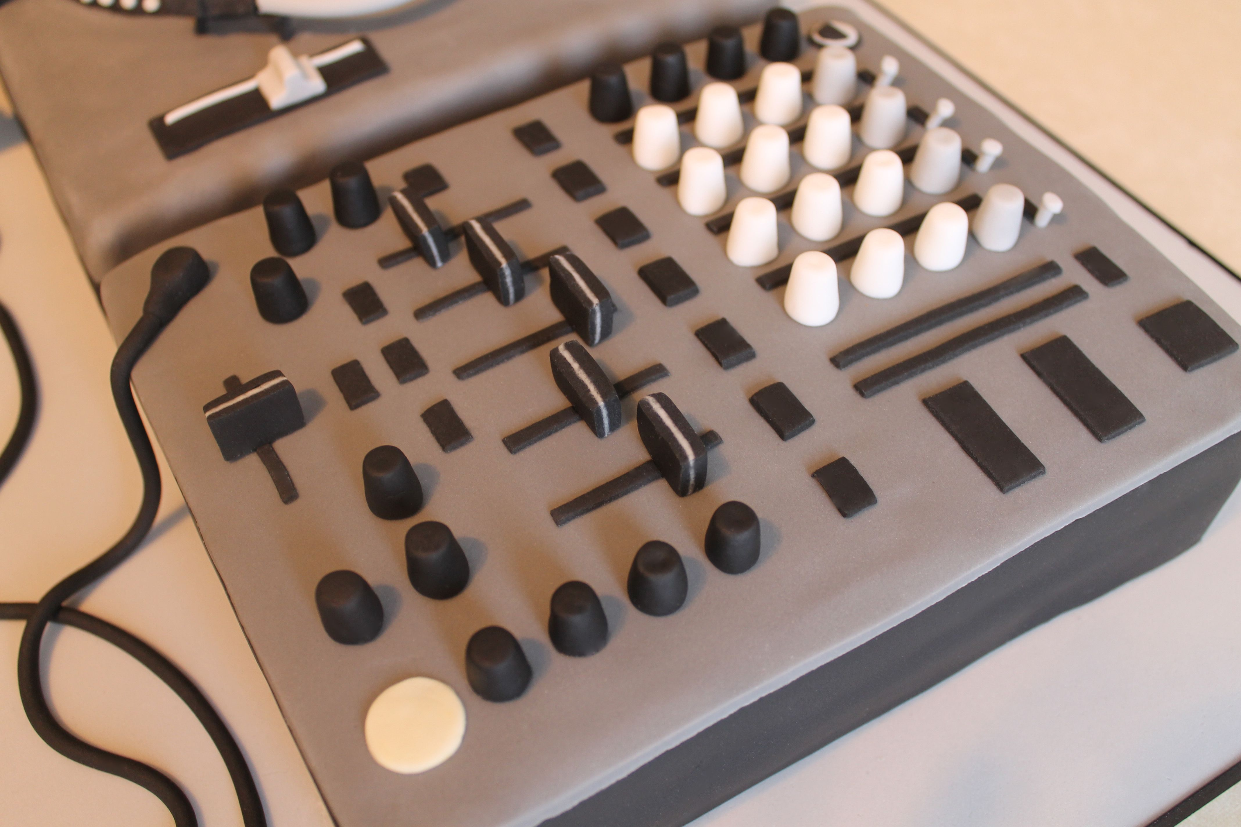 Mixer (DJ Turntable Cake)
