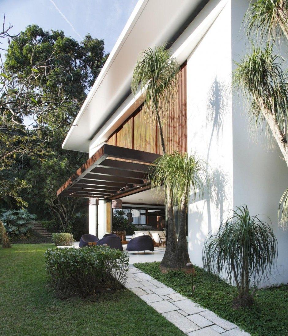 Gisele Taranto Arquitetura have provided a contemporary redesign to a colonial style house in Rio de Janeiro, Brazil.