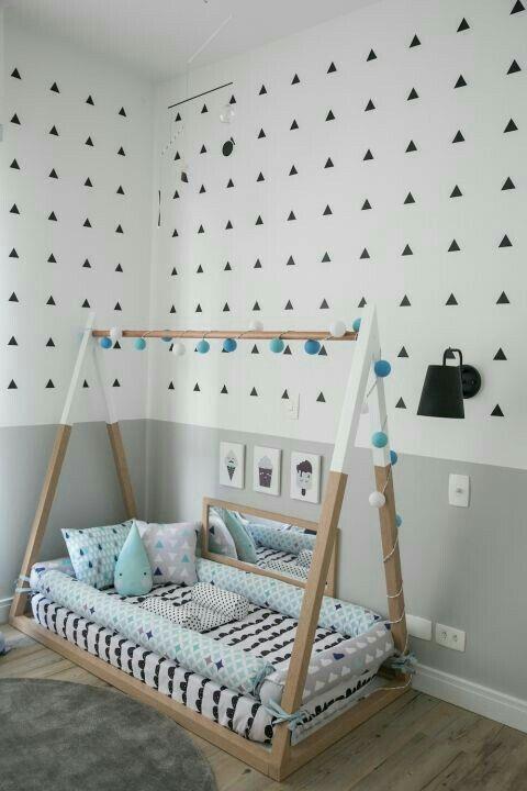 Buenos los cojines largos al borde de ls cama! | Baby room ideas ...