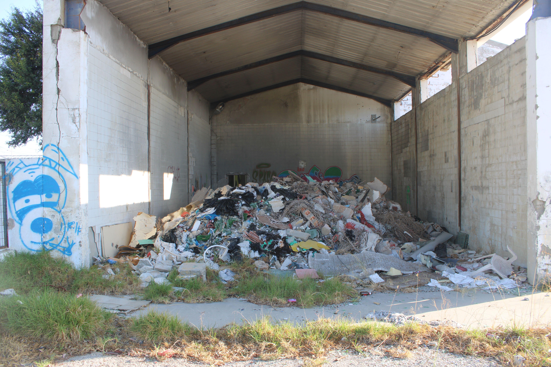 basuras y escombros acumulándose en algunas dependencias