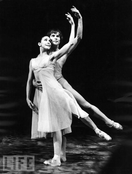 Beautiful symmetrical line! Rudolf Nureyev & Margot ...
