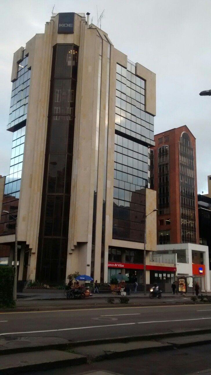 Cuando amanece en Bogotá y los ciudadanos comienzan actividades diarias.