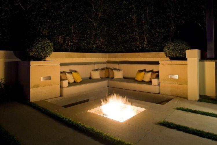 Im Boden Versunkene Feuerstelle Und Ecksofa Mit Vielen Kissen