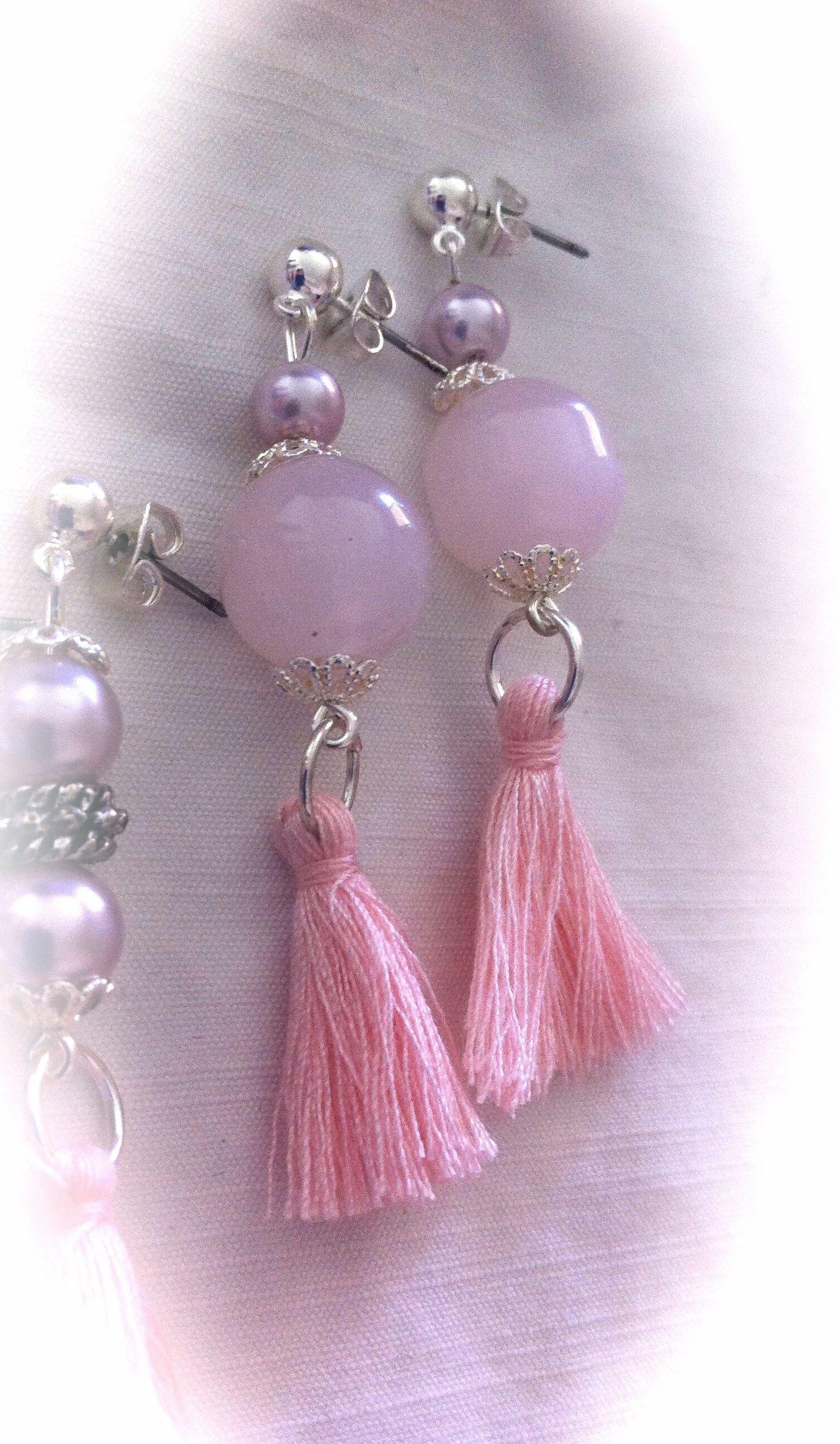 Pendientes con perlas cristal rosa, bola cristal rosa y pompones de algodón: 5,50€