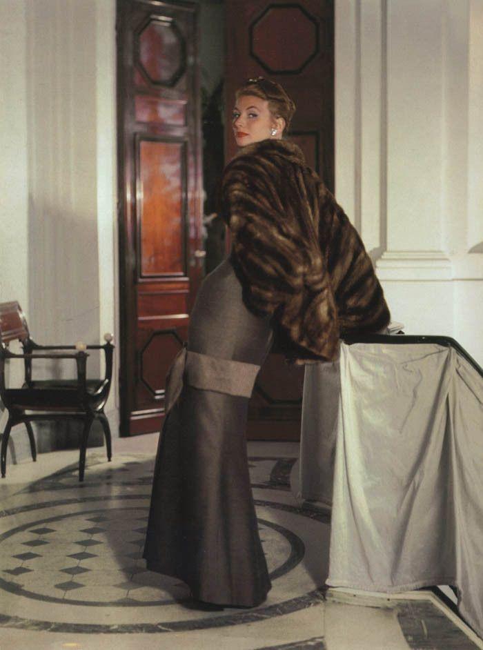 Abito da sera con stola in visone di Christian Dior 1953  0f26822d24f