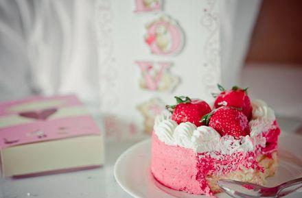 pretty strawberry cake