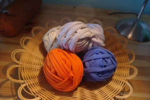 DIY on how to upcycle your t-shirts! Make t-shirt yarn :D #DIY #upcycle #recycle