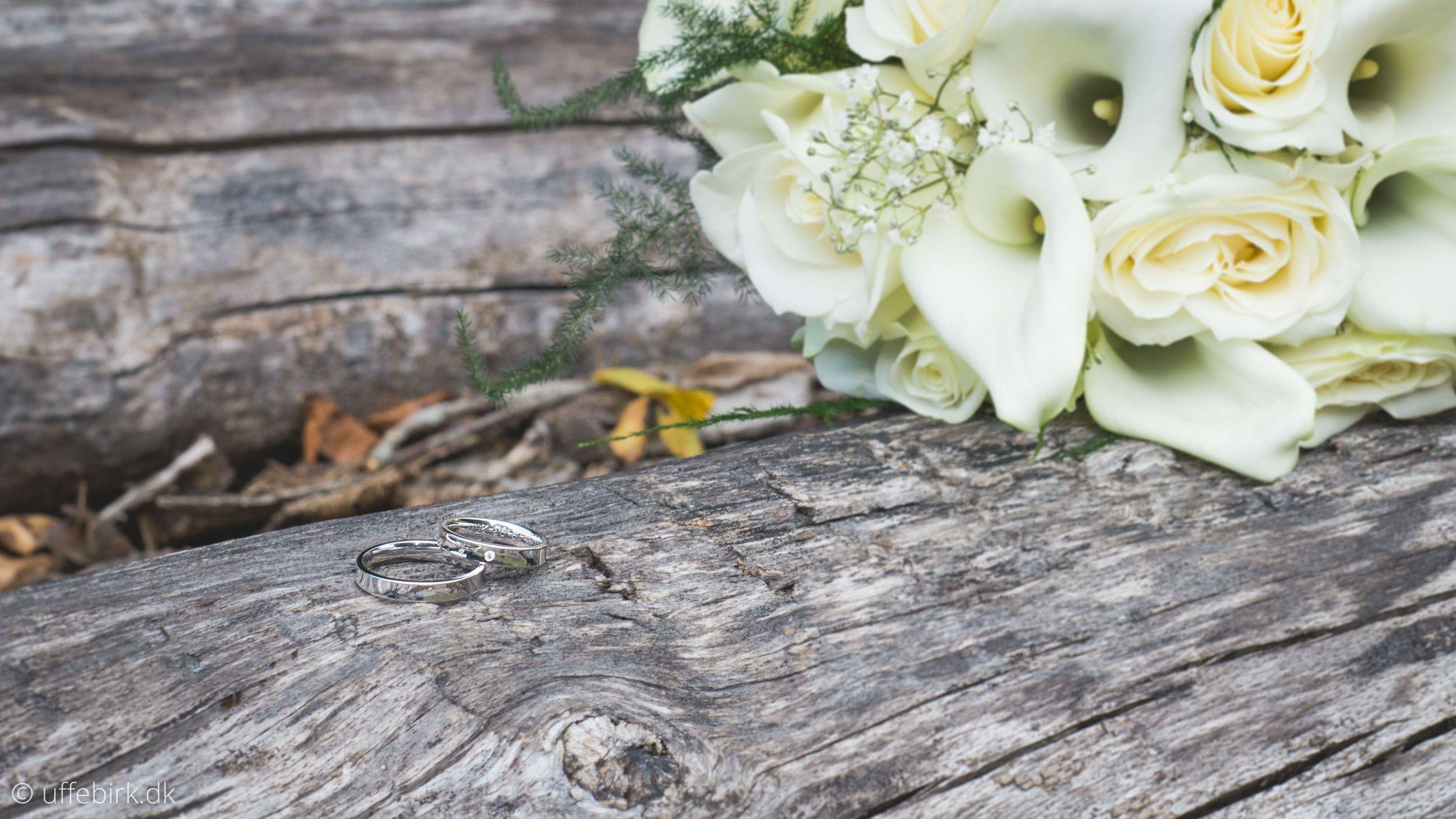Et bryllupsbillede af ringene og blomsterne.